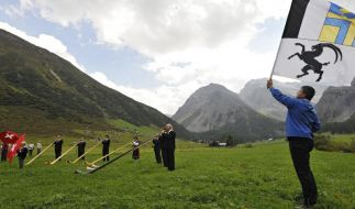 Jodler und Fahnenschwinger treffen sich in Davos (Foto)