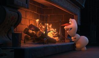 Olaf (gesprochen von Hape Kerkeling) ist sich der schmelzenden Wirkung des Feuers wohl noch nicht bewusst. (Foto)