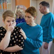 Pia Heilmann kümmert sich um die verzweifelte Katharina Nowak.