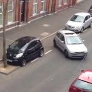 Wenn Frauen einparken, ist das nicht immer ein Beispiel für Effektivität im Straßenverkehr.