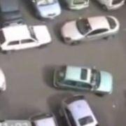 Kein schöner Anblick: Diese Autofahrerin versucht minutenlang einzuparken, bis ihr ein ritterlicher Held zu Hilfe eilt.