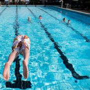 Sobald die ersten warmen Sommertage locken, gehen die Ersten ins Schwimmbad. Doch wenn die Badesaison so richtig beginnt, ist das kühle Nass alles andere als gesund.