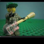 Der Lego-Gitarrist von Coldplay gibt richtig Gas.