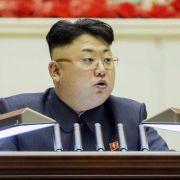 Kim Jong Un fackelt Minister mit Flammenwerfer ab (Foto)