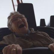 Oma Ria bei ihrem ersten Mal - in der Achterbahn (Foto)
