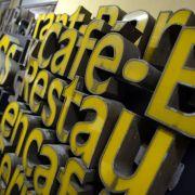 Im Buchstabenmuseum in Berlin findet man Initialen, Schriftzüge und Leuchtreklamen. Die historischen Schriften sollen erhalten und als Stück der Geschichte bewahrt werden.