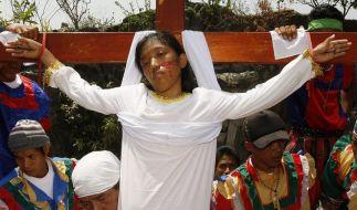 Osterritual auf den Philippinen: Die 19-jährige Maria Wendelyn Pedrosa lässt sich ans Kreuz nageln. (Foto)
