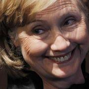 Frau bewirft Hillary Clinton mit Schuh (Foto)