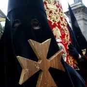 Maskierte Büßer mit langen Gewändern und spitzen Hauben ziehen vielerorts durch Spaniens Straßen.
