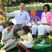 So verrückt, dass Präsident Obama sein Buch verkehrt herum hält: Familie Obama feiert zusammen mit der Bevölkerung Ostern im Garten des Weißen Hauses.