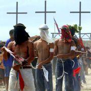 Kreuzigung und Buße-Ritual auf den Philippinen: Männer und Frauen immitieren zu Ostern die Bekreuzigung Jesu Christi und lassen sich nach einem anstrengendem Bußemarsch freiwillig ans Kreuz nageln.