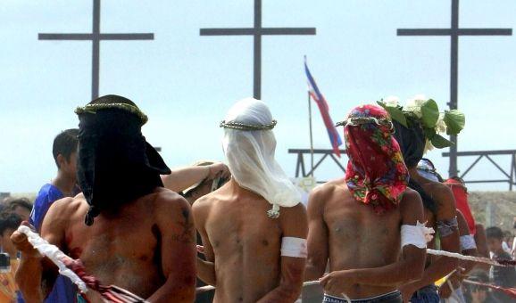 Kreuzigung und Buße-Ritual auf den Philippinen: Männer und Frauen immitieren zu Ostern die Bekreuzigung Jesu Christi und lassen sich nach einem anstrengendem Bußemarsch freiwillig ans Kreuz nageln. (Foto)