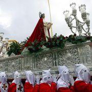 Während der «Semanta Santa» finden in Spanien die Prozessionsumzüge statt. Bis zu vier Tonnen wiegen die schweren Marienstatuen (Pasos), die die vermummten Männer (Costaleros) kilometerlang auf ihren Schultern tragen.