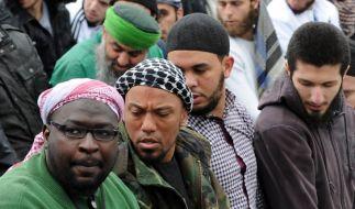 Denis Cuspert alias «Deso Dogg» bei einer Salafistenversammlung 2012 in Bonn. Wegen anschließender Ausschreitungen wird der Ex-Rapper immernoch per Haftbefehl gesucht. (Foto)