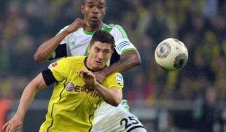 Dortmunds Robert Lewandowski im Duell mit Wolfsburgs Naldo. (Foto)