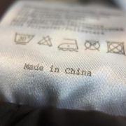Hinweis «bügelfrei» bei Kleidung kann auf Schadstoffe hindeuten (Foto)