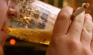 Das Feierabendbier als Karrierebeschleuniger: Düsseldorfer Wissenschaftler wollen herausgefunden haben, das Alkohol bessere Jobchancen bringt. (Foto)