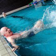 Senioren sollten Gymnastik im Wasser machen (Foto)