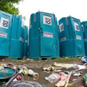Jeder kennt sie, kaum jemand mag sie. Die Rede ist von den meist blauen Plastik-Toiletten bei öffentlichen Veranstaltungen.
