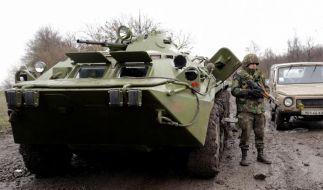 Ukrainische Soldaten auf einer Straße im Osten des Landes. (Foto)