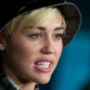 Miley Cyrus bleibt im Krankenhaus (Foto)