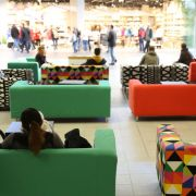 Bunte Sofas laden bei all dem Shoppingstress zum Verweilen ein. Natürlich stammen sie aus dem Ikea-Sortiment.