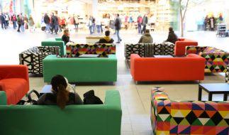 In der Einkaufspassage können Kunden natürlich auf Ikea-Sofas relaxen. (Foto)