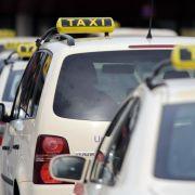 Berliner Taxi-Fahrer und Chauffeur-Dienst Uber im Clinch (Foto)