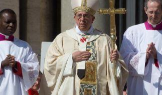 Papst Franziskus wendete sich in einer Osteransprache gegen Verschwendung und die Ausbäutung von Wehrlosen, Kindern, Frauen und Kranken. (Foto)