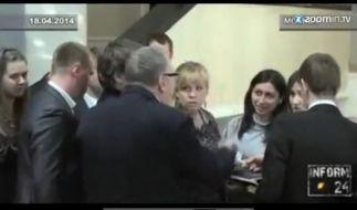 Attackiert eine Journalistin: Wladimir Schirinowski, Vize-Präsident der russsichen Staatsduma (Mitte). (Foto)