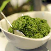 Junge Brennnesselblätter schmecken als Pesto (Foto)