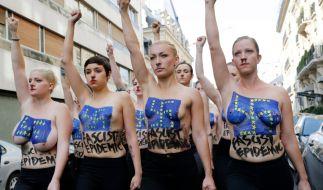 Mit Hitler-Bärtchen und Hakenkreuzen auf der Brust protestierten Femen-Aktivistinnen gegen eine Veranstaltung der Front National in Paris. (Foto)