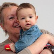 Loslassen trotz Sehnsucht: Kind bei den Großeltern abgeben (Foto)