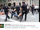 Ein Follower twittert dieses Bild: Hier schleppt die New Yorker Polizei einen sichtlich wehrlosen Mann ab. (Foto)