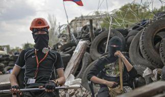 Pro-russische Aktivisten vor einer Barrikade im Osten der Ukraine. (Foto)