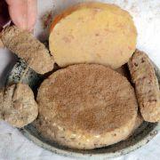 In Sachsen-Anhalt wird Milbenkäse hergestellt. Durch die Ausscheidungen der Achtbeiner wird der Käse fast schwarz, schmeckt sehr pikant, prickelnd und salmiakartig.