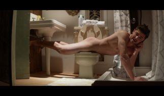 Was Jason (Zac Efron) nackt auf der Toilette sucht, erleben Sie im Kinofilm «Für immer Single?». (Foto)