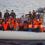 Fast 2000 Flüchtlinge vor der Ankunft auf Sizilien (Foto)