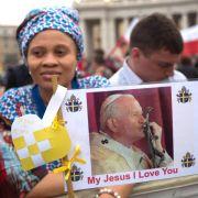 Papst spricht zwei seiner Vorgänger heilig (Foto)