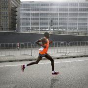 Kenianer Yegon gewinnt Düsseldorf-Marathon (Foto)