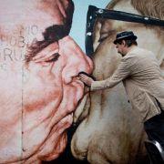 Mit Schwamm und Spüli: Putzaktion an Berliner East Side Gallery (Foto)