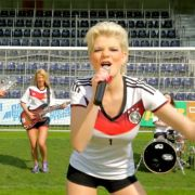 Dschungelkönigin Melanie Müller erntet mit ihrem WM-Song «Auf geht's Deutschland schießt ein Tor» nicht wirklich Lob.
