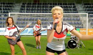 Melanie Müller singt sich mit ihrem WM-Song «Auf geht's, Deutschland schießt ein Tor!» nicht wirklich in die Herzen der Fußball-Fans. (Foto)
