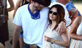 Liebevoll umarmt Ashton Kutcher seine schwangere Verlobte Mila Kunis. (Foto)