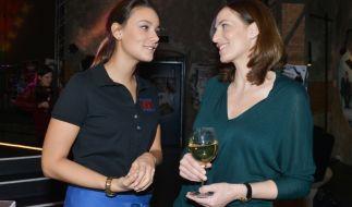 Jasmina und Katrin sind beide frisch verliebt. (Foto)