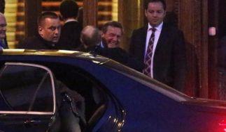 Ex-Bundeskanzler Gerhard Schröder feierte mit Wladimir Putin seinen Geburtstag nach. Zur Begrüßung gab es eine herzliche Umarmung. (Foto)