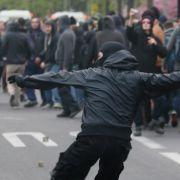 Steine zu werfen gehört bei der «Revolutionären 1. Mai-Demonstration» in Berlin Kreuzberg für viele Demonstrations-Teilnehmer dazu.