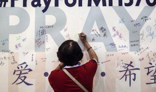Die Menschen geben die Hoffnung nicht auf: Immer noch schreiben Menschen Gebete für die Passagiere des vermissten Fluges. Ein australisches Unternehmen hat angeblich das Wrack von MH370 gefunden. (Foto)