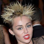 Pop-Göre Miley Cyrus hat mit dieser Frisur eindeutig den 80ern ein Denkmal gesetzt.
