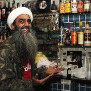 Osama bin Laden schenkt brasilianisches Bier aus (Foto)